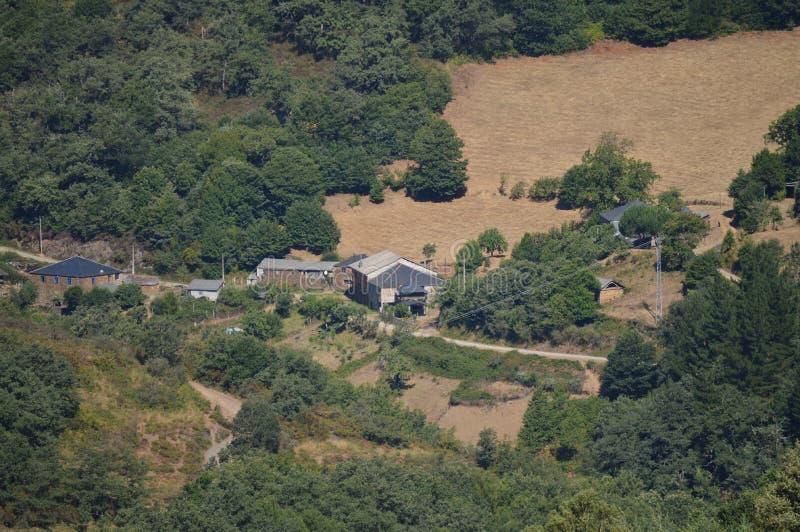 Vistas aéreas hermosas del pueblo de Villardoi en el campo de Galicia Naturaleza, paisajes, botánica, viaje 2 de agosto de 2015 imágenes de archivo libres de regalías