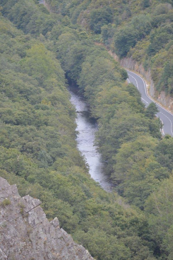 Vistas aéreas hermosas del río de Suarna como pasa a través de las montañas cerca de Navia de Suarna Naturaleza, arquitectura, hi fotografía de archivo libre de regalías