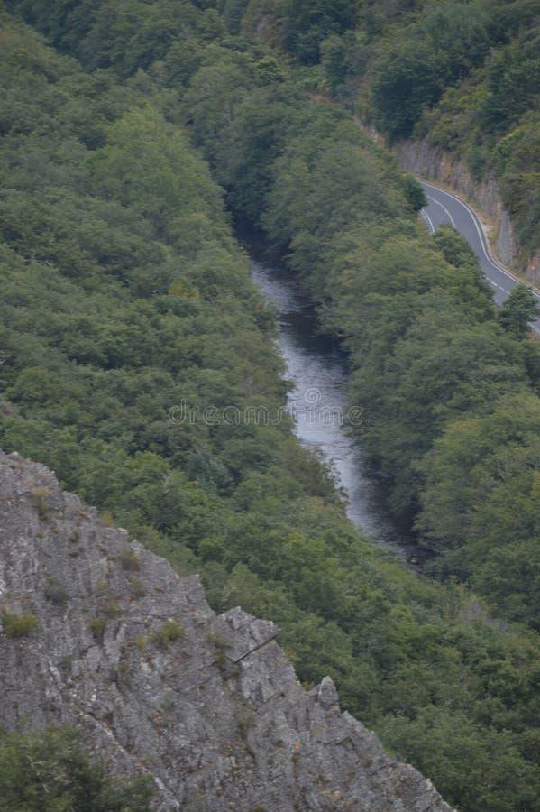 Vistas aéreas hermosas del río de Suarna como pasa a través de las montañas cerca de Navia de Suarna Naturaleza, arquitectura, hi imágenes de archivo libres de regalías