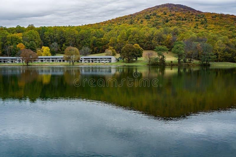 Vistas al otoño de los picos de las habitaciones de descanso del Otter Lodge foto de archivo libre de regalías