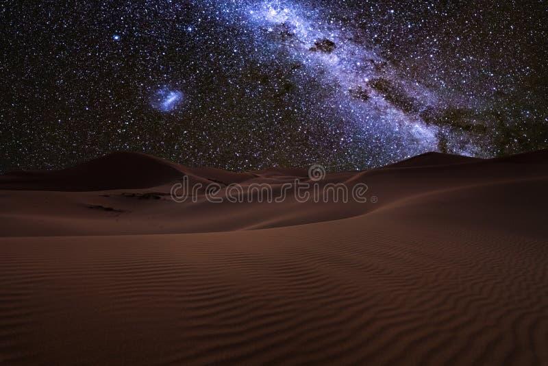 Vistas asombrosas del desierto del Sáhara debajo del cielo estrellado de la noche fotos de archivo libres de regalías
