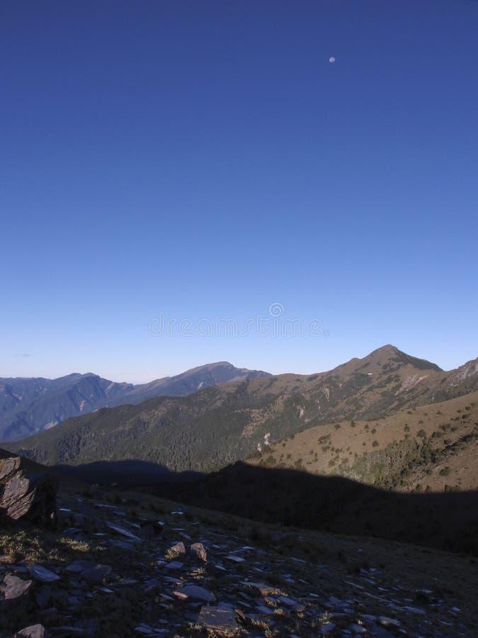 Vistas bonitas com altamente as montanhas, o céu azul limpo, e as rochas na fuga Bom para o uso como o fundo fotos de stock royalty free