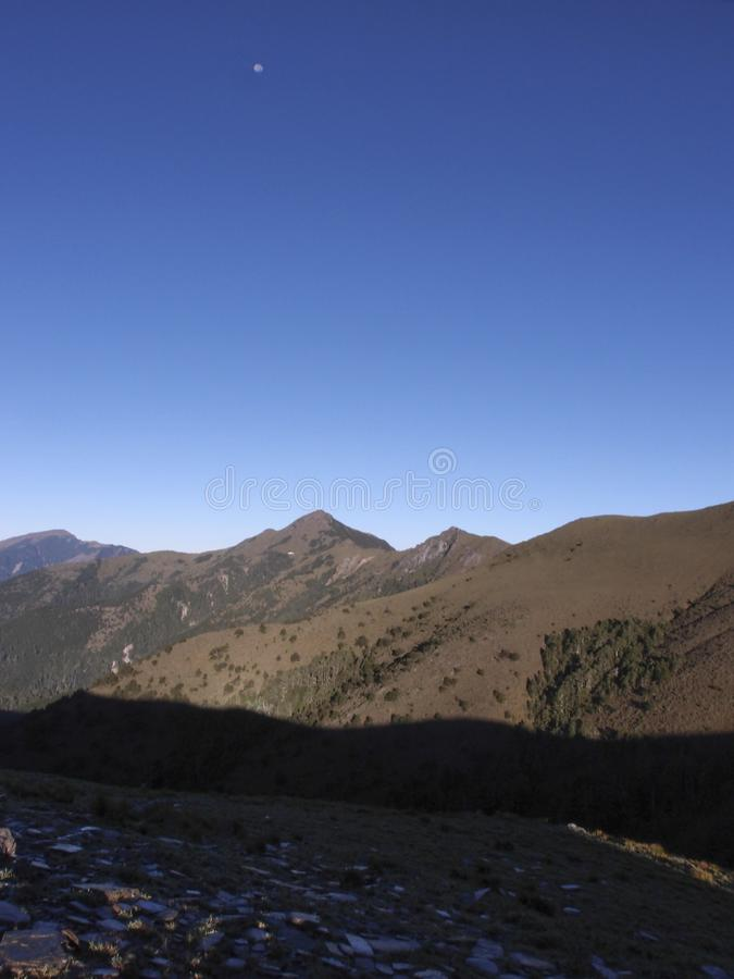 Vistas bonitas com altamente as montanhas, o céu azul limpo, e as rochas na fuga Bom para o uso como o fundo fotos de stock