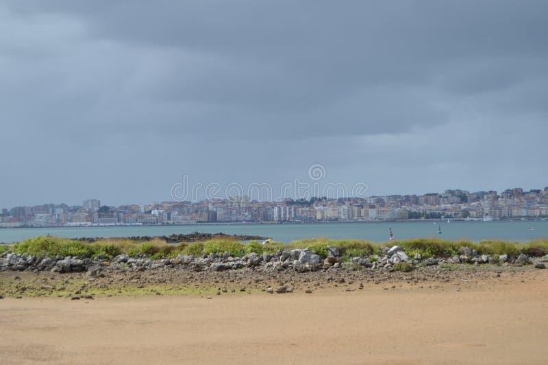 Vistas bonitas das construções da cidade velha da cidade de Santander da praia em Pedrena 24 de agosto de 2013 Somo, Cantábria fotografia de stock