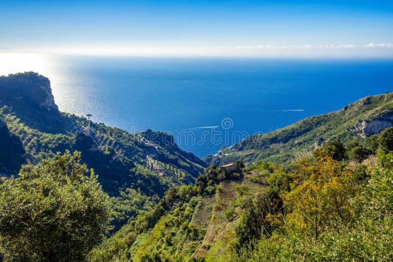 Vistas bonitas do trajeto dos deuses, costa de Amalfi, Campagnia, Itália foto de stock