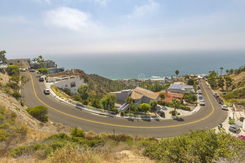 Vistas costeras de hogares en el Laguna Beach California por tarde imagen de archivo