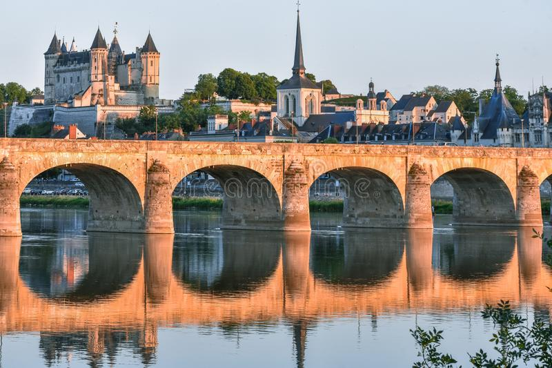 Vistas da cidade de Saumur do riverbank no crepúsculo, com o castelo no fundo Loire Valley, France fotos de stock