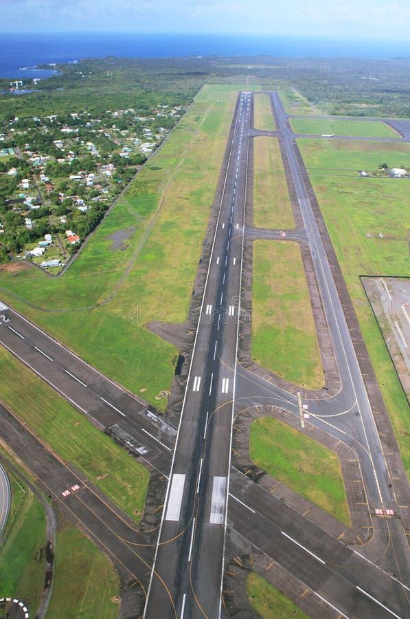 Vistas da pista de decolagem da aterrissagem que chegam no aeroporto de Hilo fotografia de stock royalty free