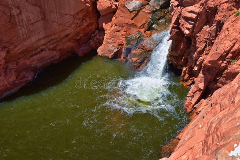 Vistas das cachoeiras em quedas do reservat?rio do parque estadual do Gunlock, no Gunlock, Ut? por St George Mola fujida sobre ar fotografia de stock royalty free