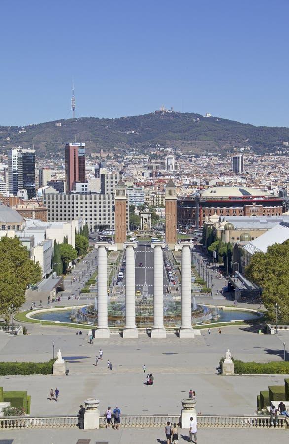 Vistas de Barcelona con el ` Espanya de Plaça d y la fuente mágica de Montjuïc imagen de archivo libre de regalías