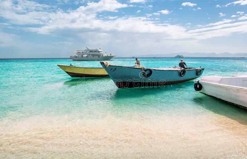 Vistas de barcos da pesca e de prazer no Mar Vermelho Egypt imagens de stock