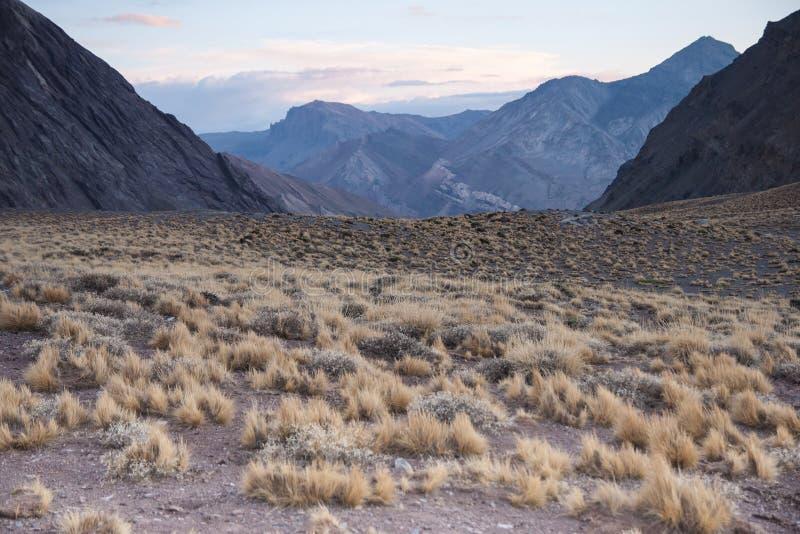 Uma paisagem da montanha alta. imagens de stock royalty free