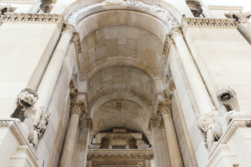Vistas de Croacia Fractura hermosa de la ciudad Paraíso croata Iglesia católica fotos de archivo libres de regalías