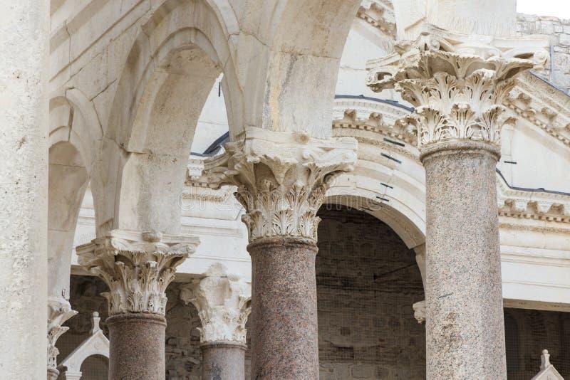 Vistas de Croacia Fractura hermosa de la ciudad Paraíso croata Iglesia católica foto de archivo