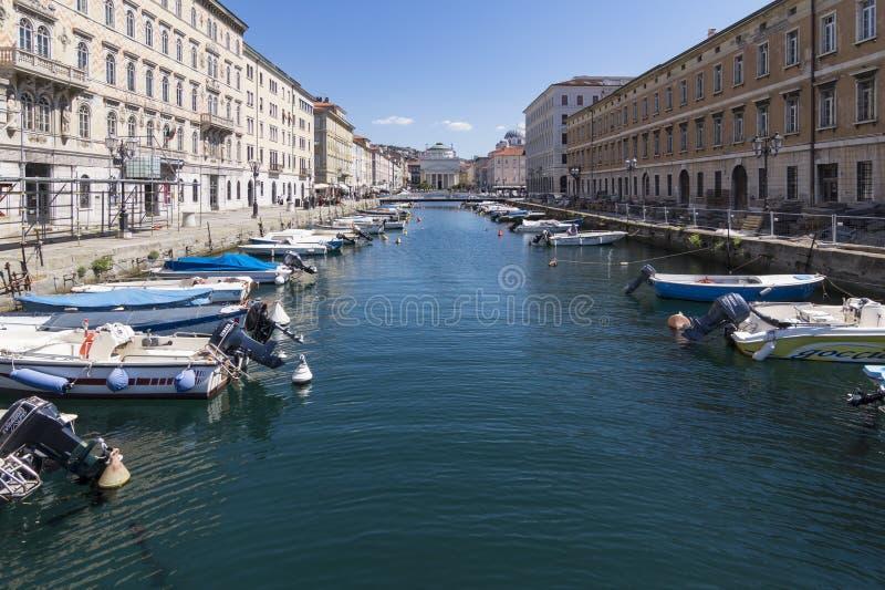 Vistas de Grand Canal de Trieste, con la iglesia de San Antonio Nuovo en el fondo, Italia imagen de archivo libre de regalías