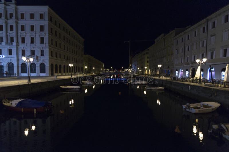 Vistas de Grand Canal de Trieste na noite, Trieste, Itália foto de stock