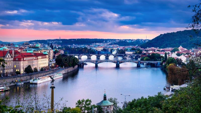 Vistas de la ciudad y del puente fotos de archivo libres de regalías