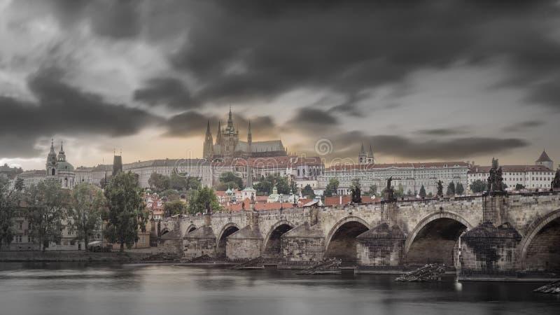 Vistas de la ciudad y del puente sobre el Moldava imagen de archivo libre de regalías