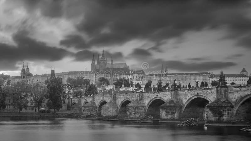 Vistas de la ciudad y del puente sobre el Moldava en blacka y blanco fotografía de archivo