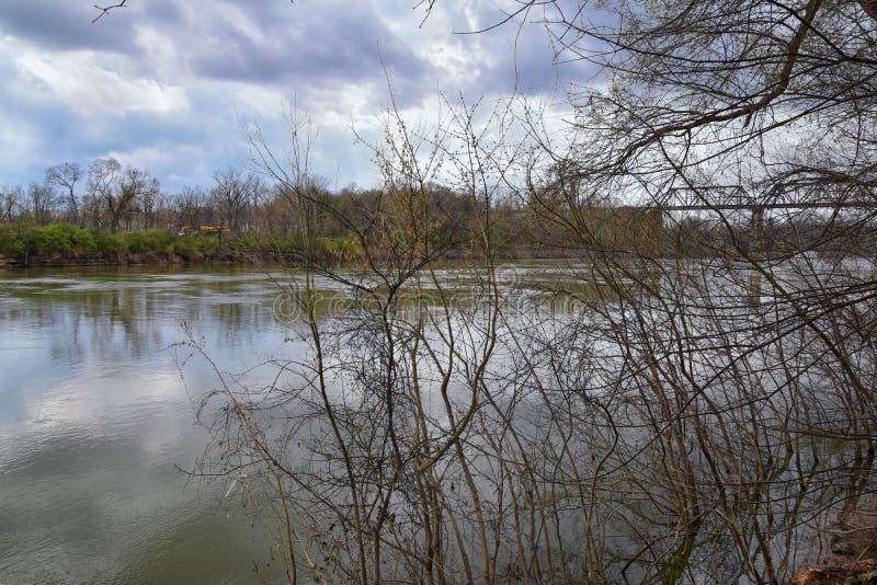 Vistas de la naturaleza y de caminos a lo largo de Shelby Bottoms Greenway y de los rastros naturales del ataque frontal del río  fotografía de archivo libre de regalías