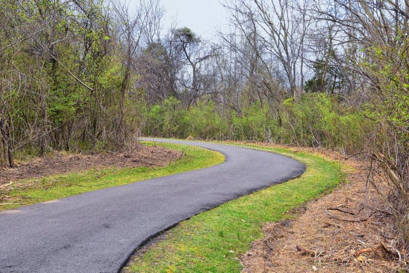 Vistas de la naturaleza y de caminos a lo largo de Shelby Bottoms Greenway y de los rastros naturales del ataque frontal del r?o  fotos de archivo libres de regalías