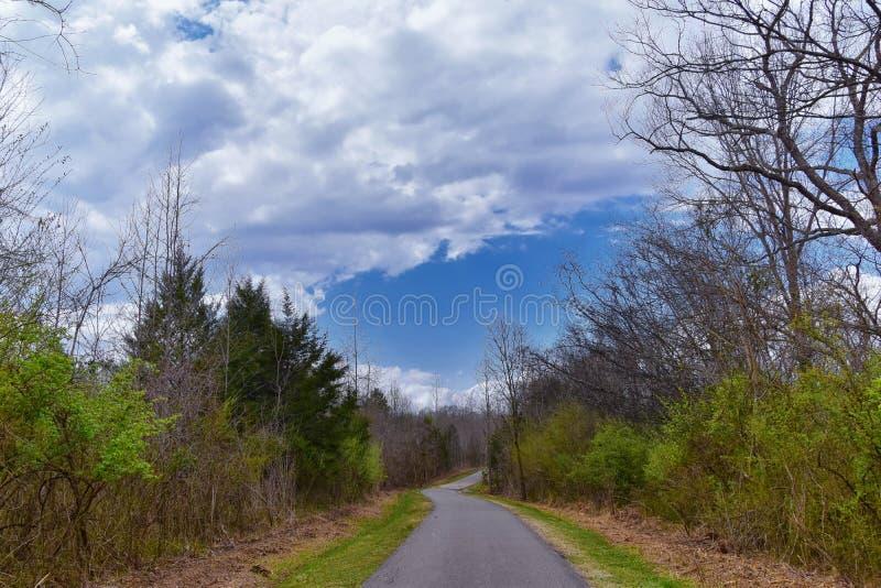 Vistas de la naturaleza y de caminos a lo largo de Shelby Bottoms Greenway y de los rastros naturales del ataque frontal del r?o  foto de archivo libre de regalías