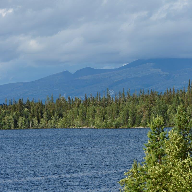 Vistas de las montañas de Khibiny Fotografiado en el lago Imandra, imagenes de archivo