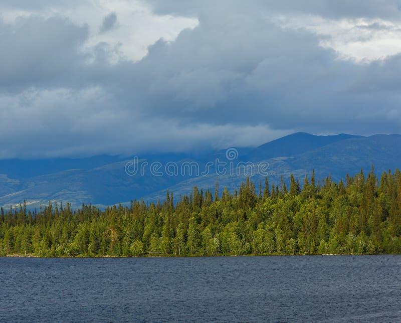 Vistas de las montañas de Khibiny Fotografiado en el lago Imandra, imagen de archivo libre de regalías