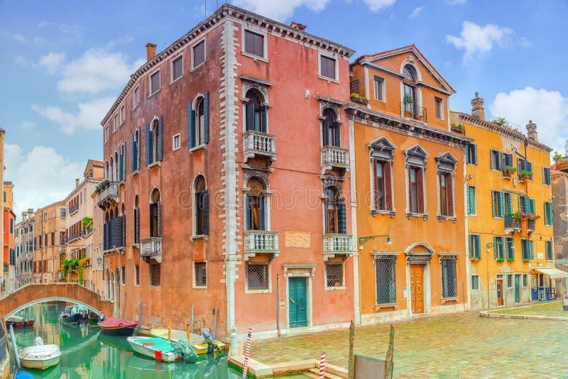 Vistas de los canales más hermosos de Venecia, calles estrechas, foto de archivo libre de regalías