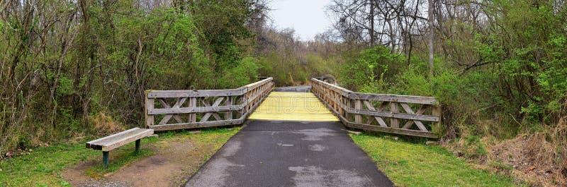 Vistas de puentes y de caminos a lo largo de Shelby Bottoms Greenway y de los rastros naturales del ataque frontal del r?o Cumber imagen de archivo