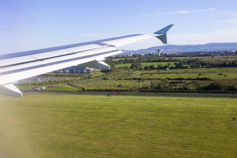 Vistas de uma janela dos aviões foto de stock