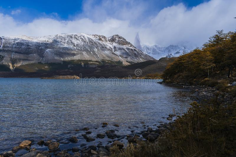Vistas de un lago con la parte inferior de una montaña fotografía de archivo libre de regalías