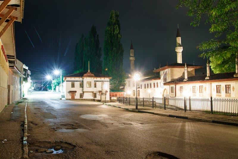 Vistas de visita na noite Mesquita bonita na noite Luzes da cidade imagem de stock