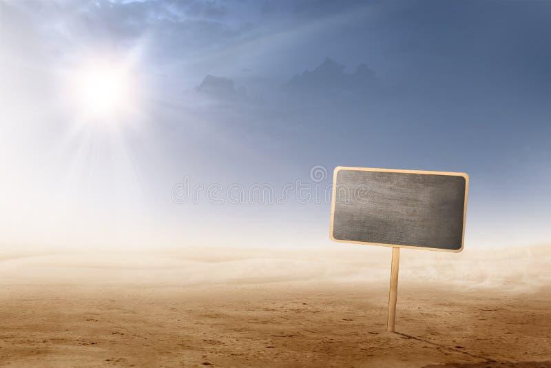 Vistas del desierto con luz del sol y del pequeño tablón de la pizarra para el copyspace imagen de archivo libre de regalías