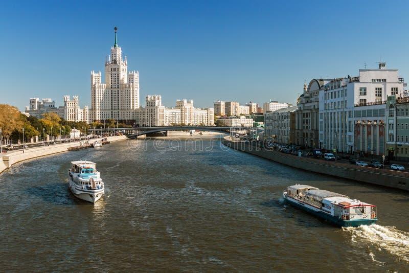 Vistas del edificio alto en el terraplén de Kotelnicheskaya con a imágenes de archivo libres de regalías