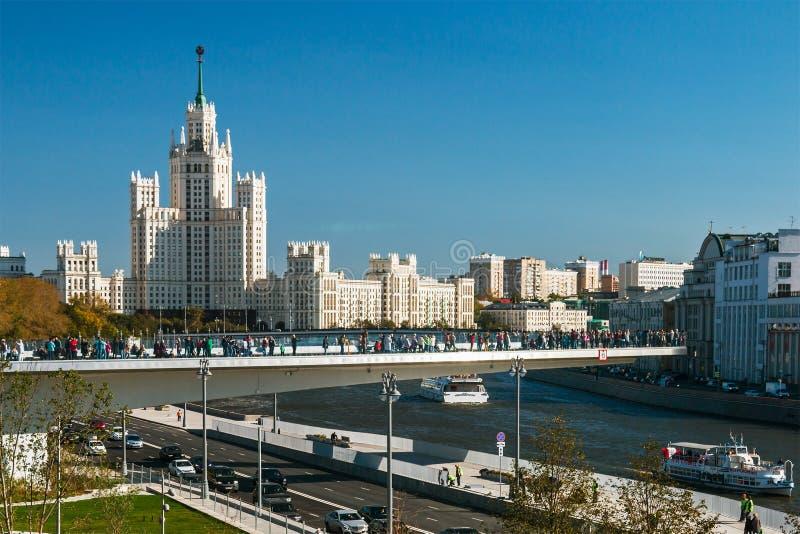 Vistas del edificio alto en el terraplén y el th de Kotelnicheskaya fotos de archivo