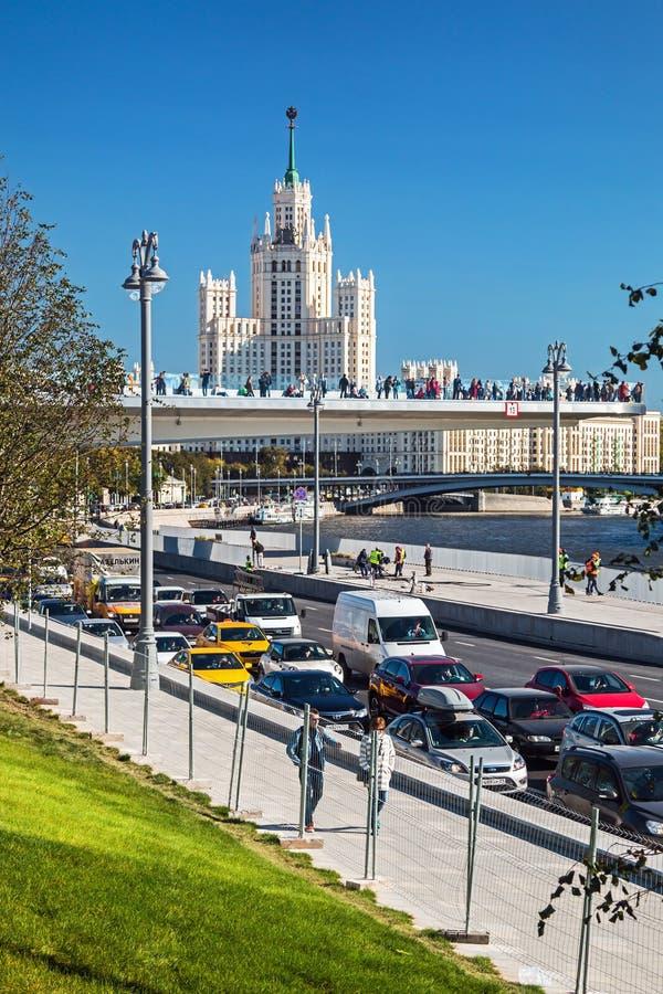 Vistas del edificio alto en el terraplén y el th de Kotelnicheskaya imagenes de archivo