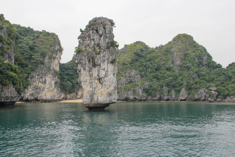 Vistas dos penhascos catitas e do mar com água de turquesa no lugar o mais famoso em Vietname - baía longa do Ha fotografia de stock