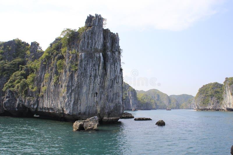 Vistas dos penhascos catitas e do mar com água de turquesa no lugar o mais famoso em Vietname - baía longa do Ha foto de stock