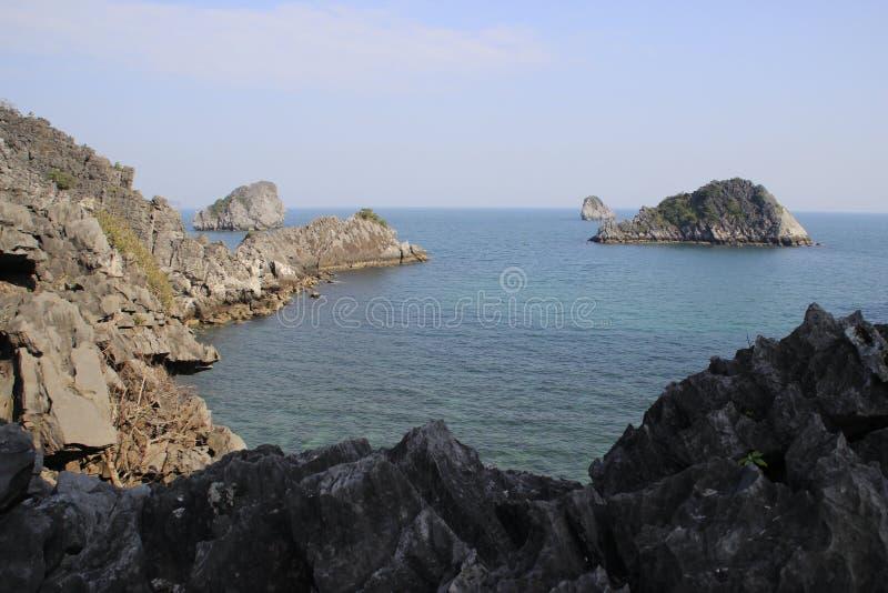 Vistas dos penhascos catitas e do mar com água de turquesa no lugar o mais famoso em Vietname - baía longa do Ha imagens de stock