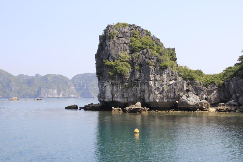 Vistas dos penhascos catitas e do mar com água de turquesa no lugar o mais famoso em Vietname - baía longa do Ha foto de stock royalty free