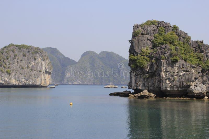 Vistas dos penhascos catitas e do mar com água de turquesa no lugar o mais famoso em Vietname - baía longa do Ha imagem de stock