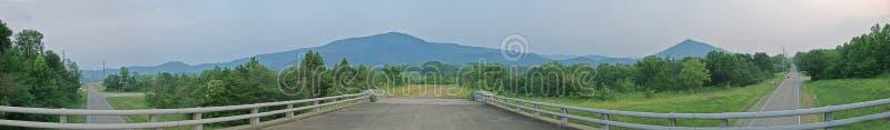Vistas em grandes montanhas fumarentos fotografia de stock