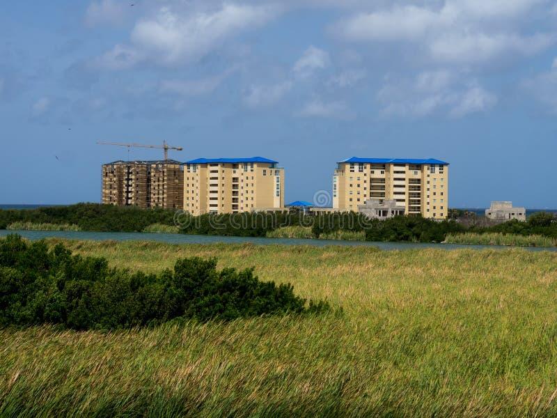 Vistas em torno de Aruba - hotéis imagens de stock