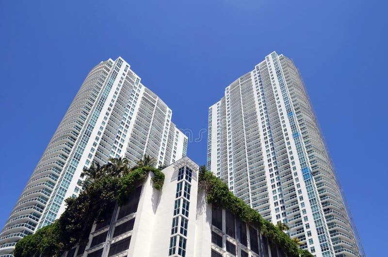 Vistas exteriores de las torres de lujo modernas de la propiedad horizontal en Miami, la Florida fotos de archivo libres de regalías