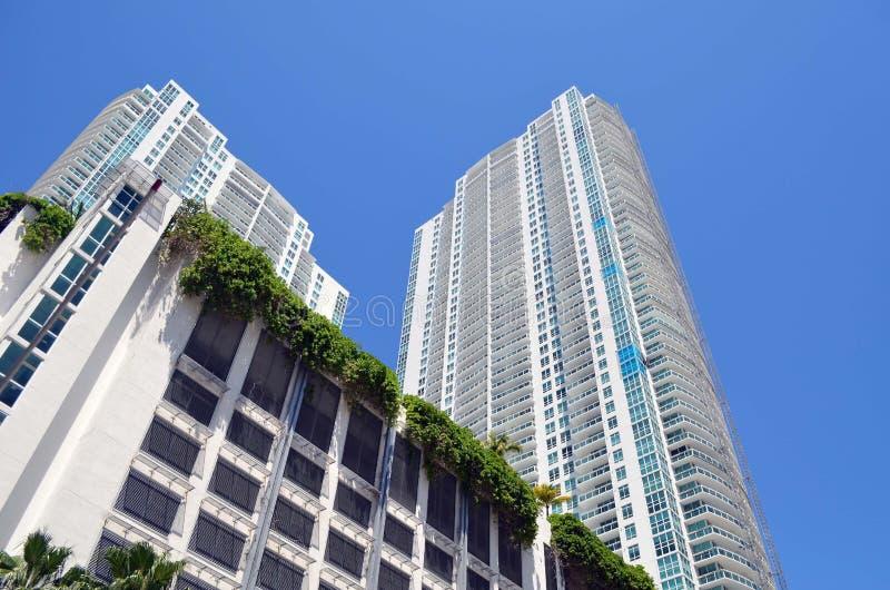 Vistas exteriores de las torres de lujo modernas de la propiedad horizontal en Miami, la Florida fotos de archivo