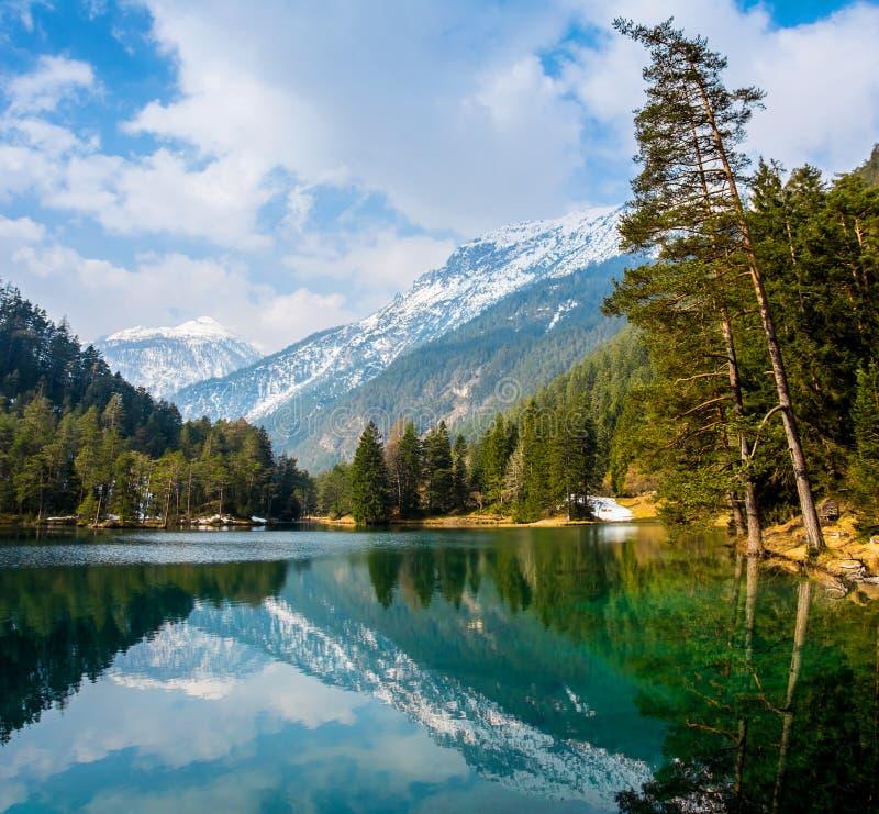Vistas fantásticas del lago tranquilo con la reflexión asombrosa imágenes de archivo libres de regalías