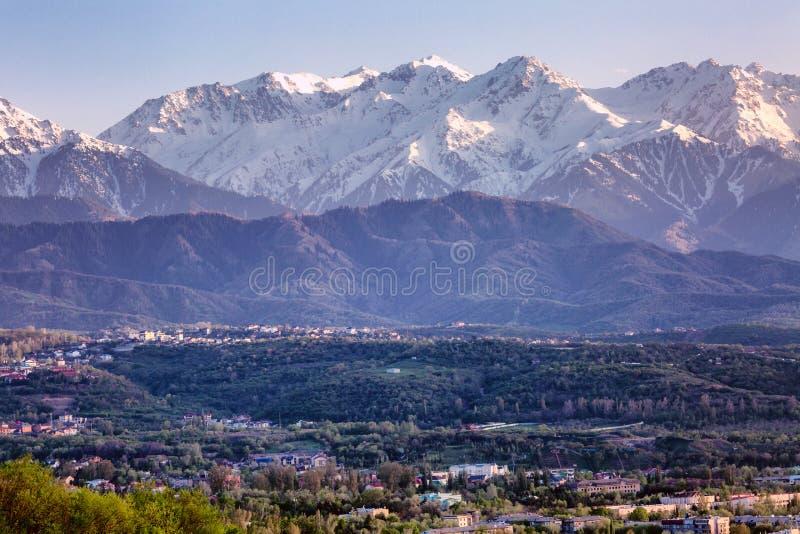 Vistas impressionantes da cidade grande nas montanhas no por do sol fotografia de stock