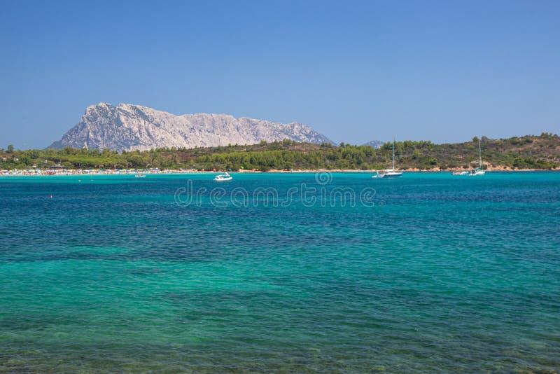 vistas a Isola Tavolara desde las playas de Cerdeña imagen de archivo libre de regalías