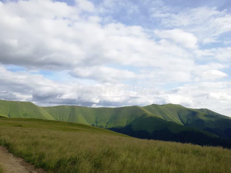 Vistas a las montañas Ucrania Viajar Cárpatos Naturaleza fotografía de archivo libre de regalías